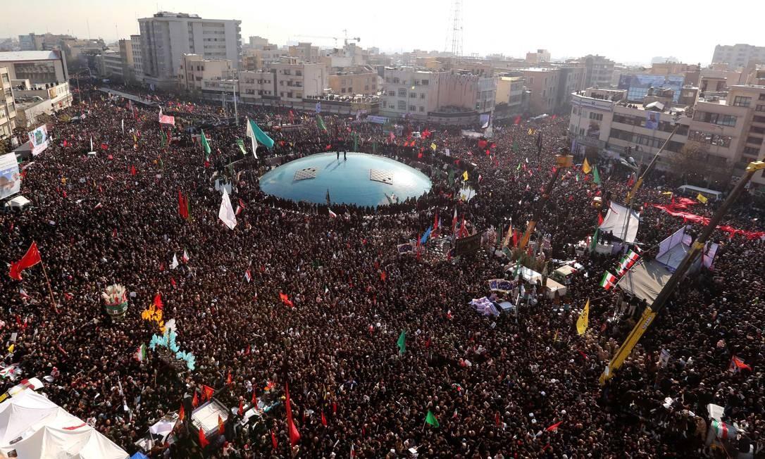 Nas ruas de Teerã, iranianos se reúnem para homenagear o comandante militar Qassem Soleimani, em 6 de janeiro Foto: ATTA KENARE / AFP