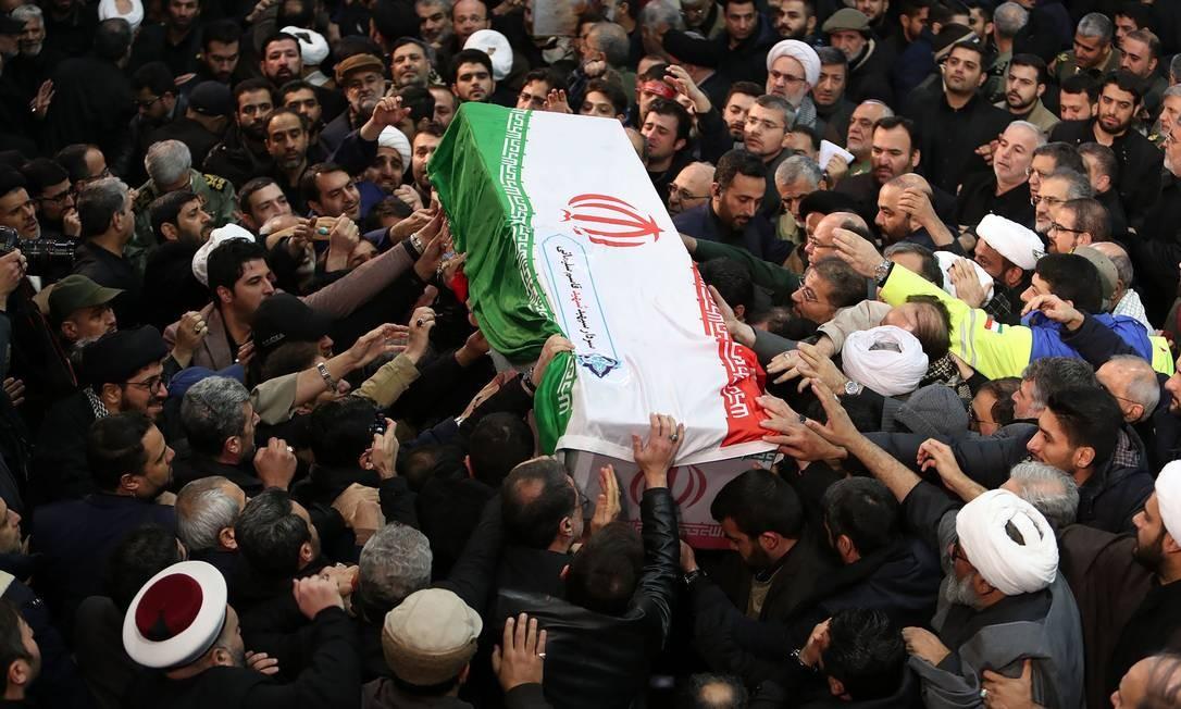 Pessoas carregam o caixão do militar iraniano Qassem Soleimani, em 6 de janeiro Foto: - / AFP
