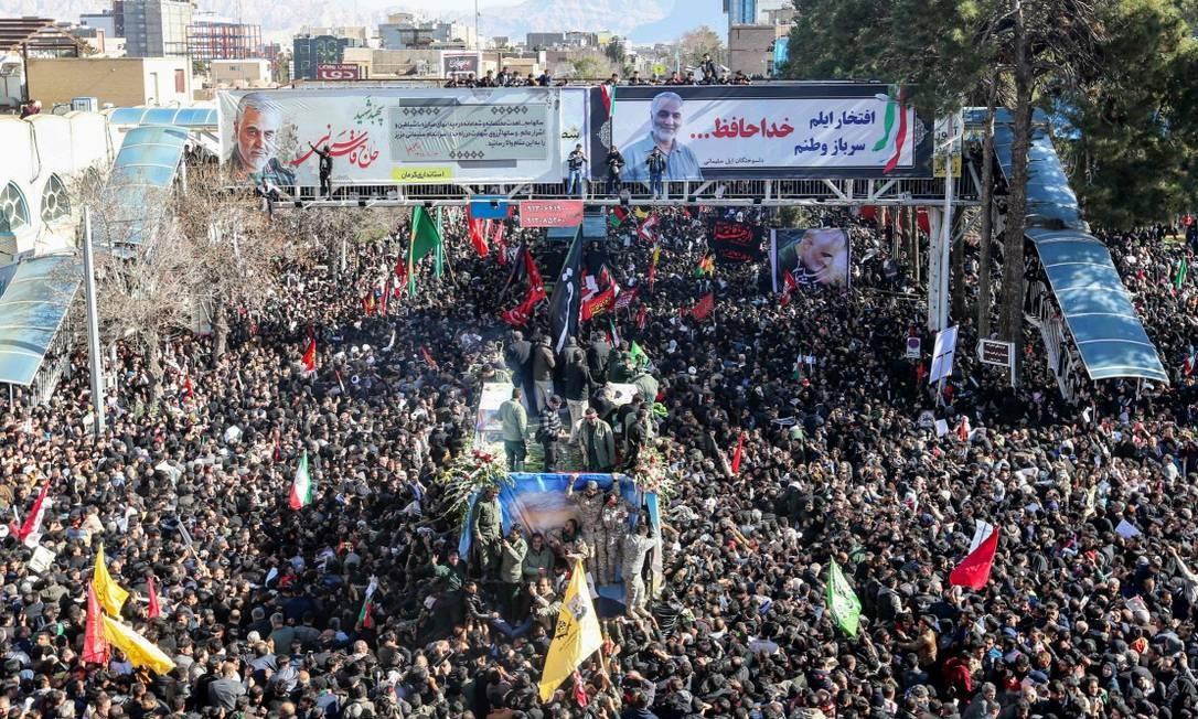 Cortejo fúnebre em homenagem a general Qasem Soleimani leva multidão às ruas de sua cidade natal, Kerman Foto: ATTA KENARE / AFP