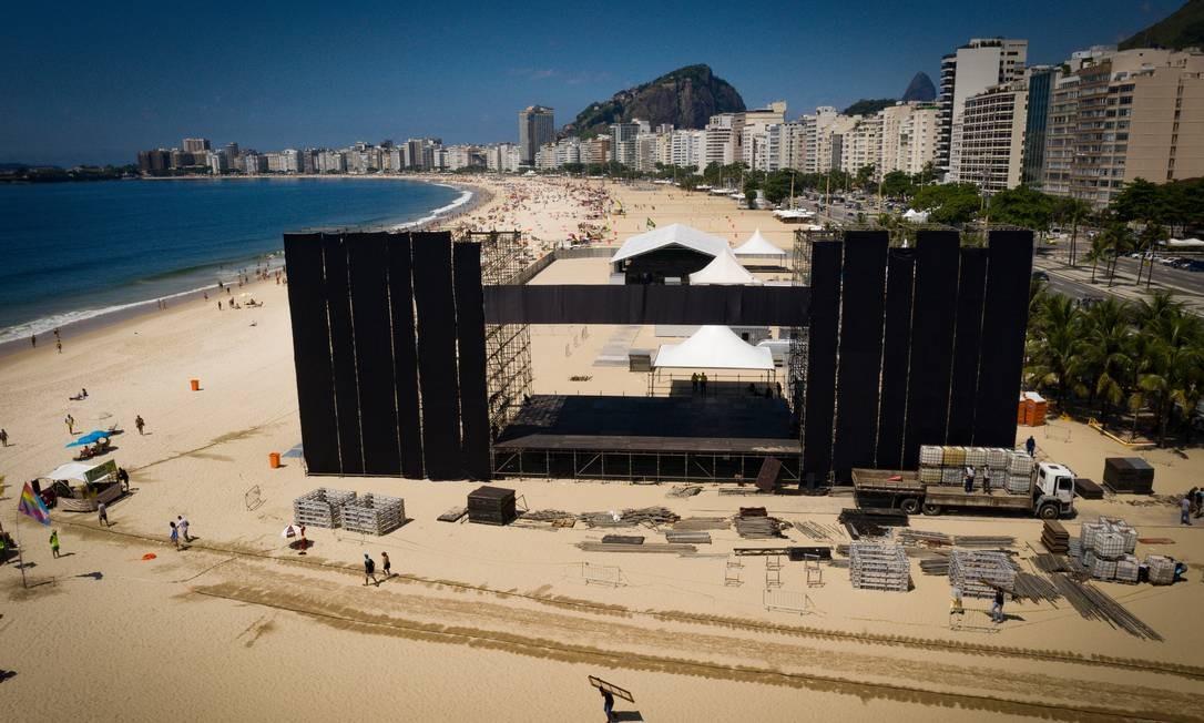 Palco principal do réveillon de Copacabana durante a montagem: apresentação organizada pelo Baile da Favorita prevista para abrir o carnaval de 2020 Foto: Pablo Jacob / Agência O Globo