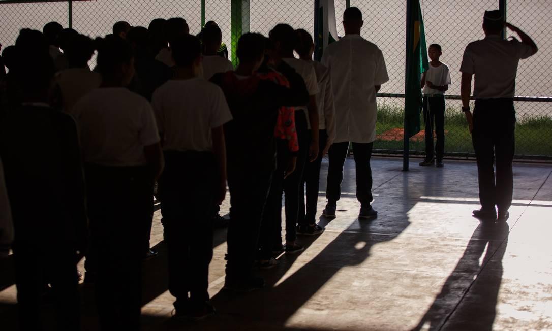 Militares, alunos e professores participaram de cerimônia na quadra de esportes do Centro Educacional (CED) 1, uma das quatro escolas do Distrito Federal com gestão compartilhada entre as secretarias de Educação e de Segurança Pública Foto: Daniel Marenco/8-3-19 / Agência O Globo