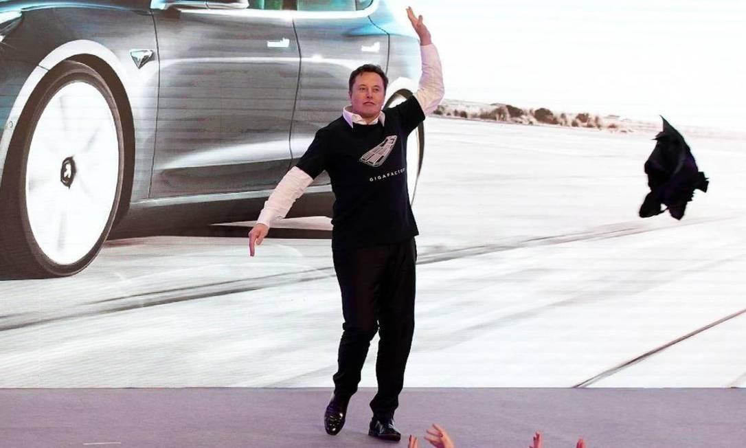 Durante a dança, Elon Musk arremessou o paletó Foto: Reprodução