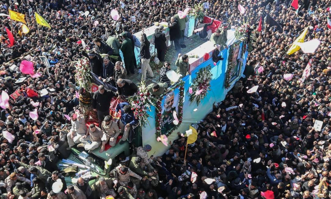 Veículo que carrega o caixão de Qassem Soleimani cruza um mar de pessoas que acompanham o cortejo fúnebre, em Kerman, cidade natal do general, em 7 de janeiro Foto: ATTA KENARE / AFP