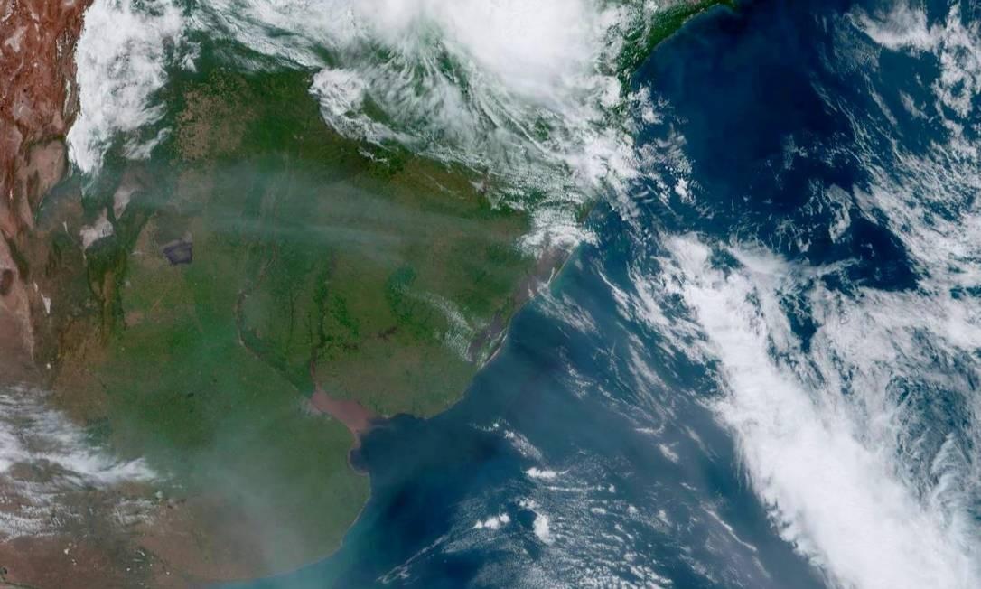 Foto do Zoom Earth, divulgada pelo Inpe, mostra fumaça dos incêndios florestais australianos sobre o Rio Grande do Sul Foto: Reprodução / Twitter