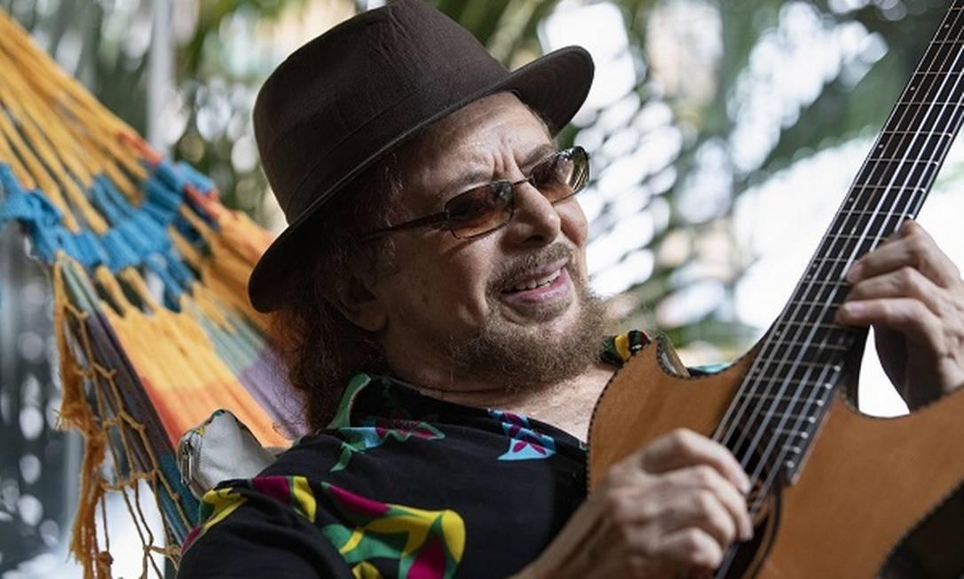 Geraldo Azevedo em sua casa, no Cosme Velho Foto: Ana Branco / Agência O Globo