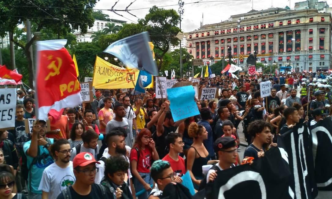 Para 76,8% e 72,6% dos brasileiros protestos sociais e crises econômicas, respectivamente, não são justificativas para golpes ditatoriais Foto: Guilherme Caetano / Agência O Globo