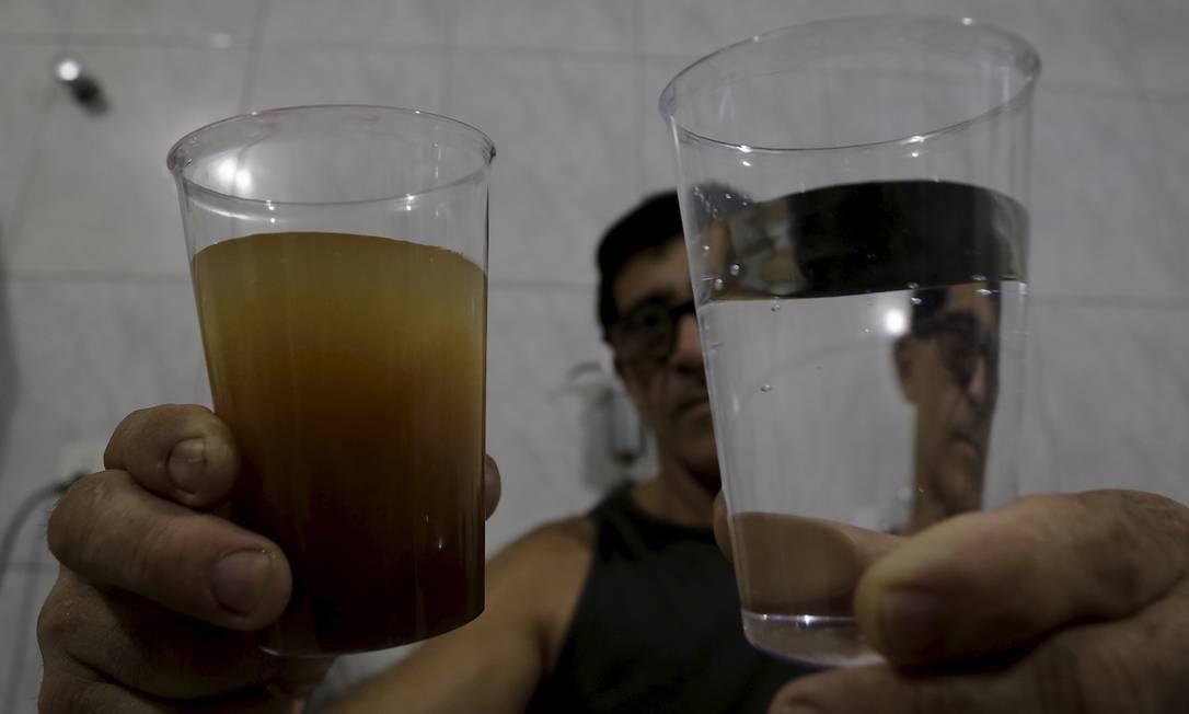 Moradores receberam água com cor barrenta na torneira Foto: Marcelo Theobald / Agência O Globo