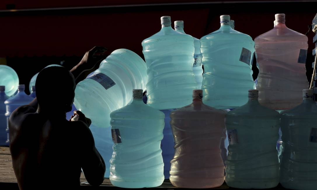 Depósito de água mineral em Olaria: estabelecimento registrou um aumento nas vendas, e vai encomendar mais galões. De acordo com especialistas, água fora do padrão deve ser evitada Foto: Marcelo Theobald / Agência O GLOBO