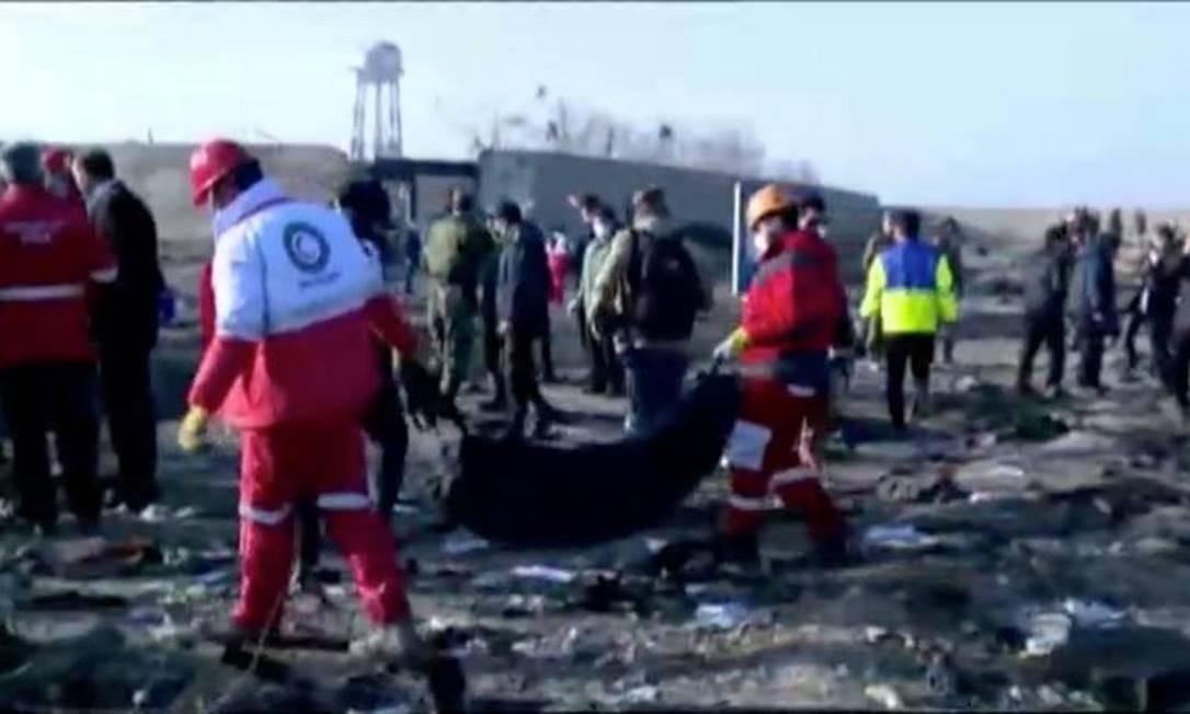 Equipes de emergência trabalham perto dos destroços do avião que caiu após decolar Foto: Divulgação do Irã via REUTERS