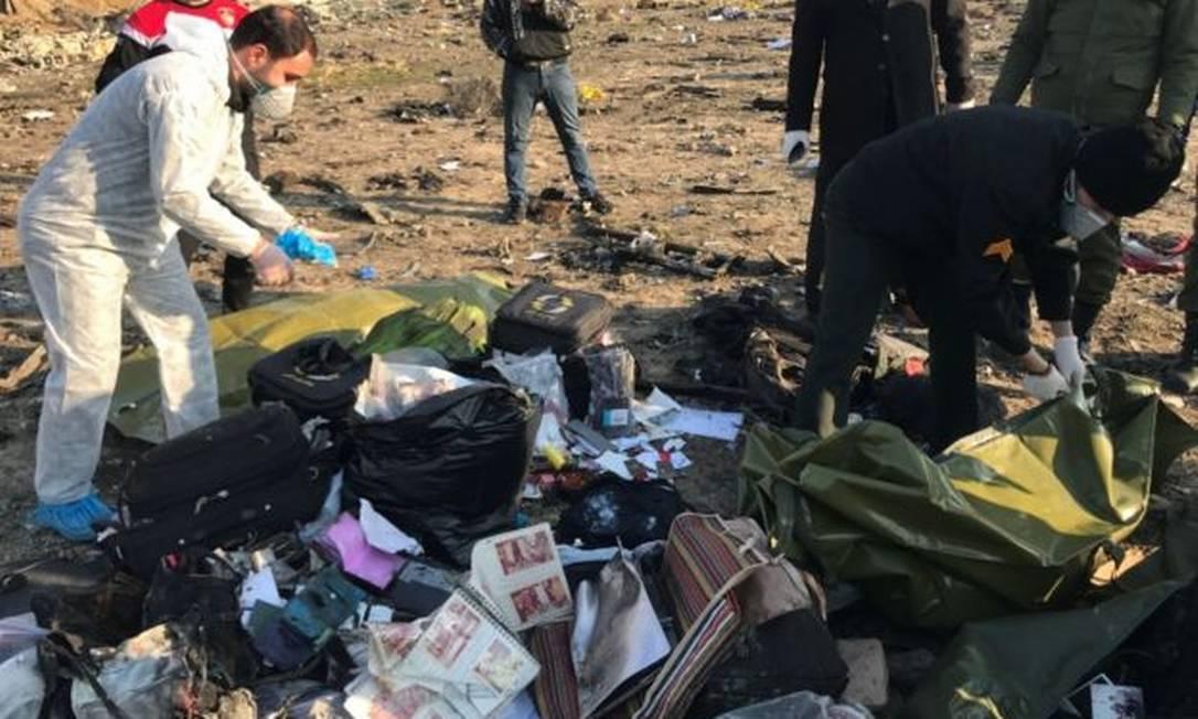Pertences dos passageiros são encontrados entre os destroços da aeronave Foto: Reuters