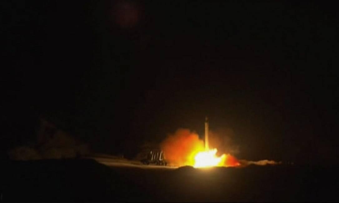 Captura de tela da televisão estatal iraniana que, supostamente, mostra o lançamento de mísseis contra as bases que abrigam soldados americanos no Iraque Foto: AFP