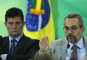 O ministro da Educação, Abraham Weintraub, e o ministro da Justiça, Sergio Moro, durante coletiva Foto: Jorge William / Agência O Globo