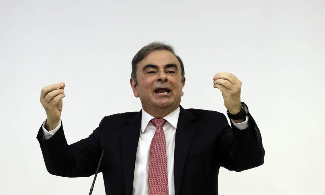 O ex-executivo levanta as mãos dando enfase ao seu discurso: ele nega nega acusações de má conduta financeira Foto: JOSEPH EID / AFP
