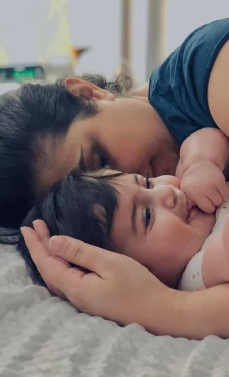 Kurdia Molani, de 1 ano, recebe o carinho da mãe Evin Arsalani, de 30 anos; ambas estavam no voo da Ukraine Airlines Foto: Reprodução/ Facebook