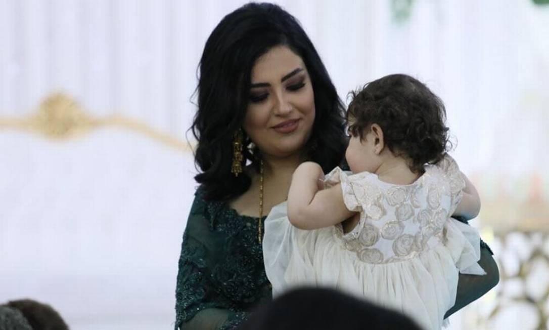 A pequena Kurdia, no colo de sua mãe, Evin Arsalani: a família morreu na queda do avião iraniano Foto: Reprodução/Facebook