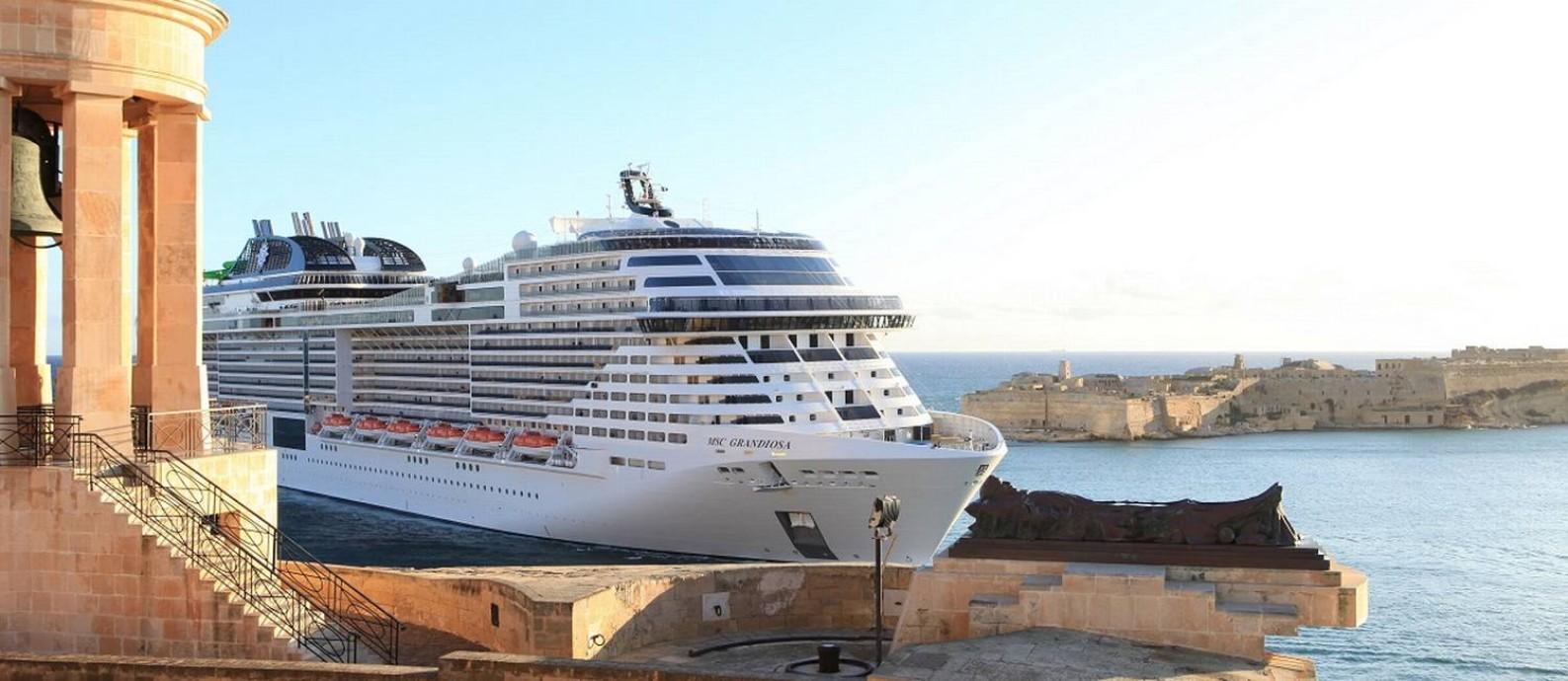 O MSC Grandiosa entrando em Valeta, na ilha de Malta, no Mediterrâneo Foto: MSC Cruzeiros / Divulgação
