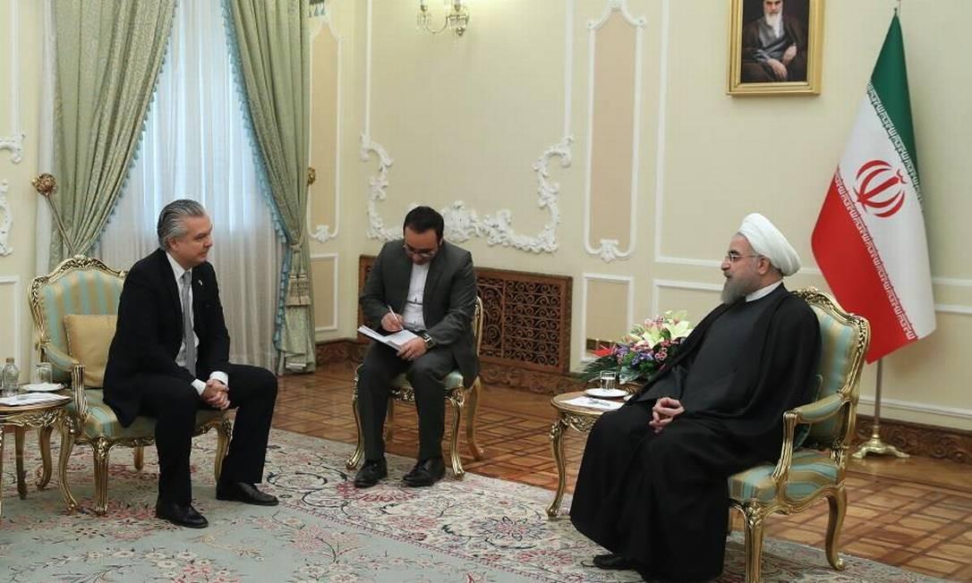 O embaixador do Brasil no Irã, Rodrigo Azeredo, apresenta suas credenciais ao presidente do país, Hassan Rouhani, no Palácio Sa'dābād, em 2017 Foto: Reprodução 8-2-17