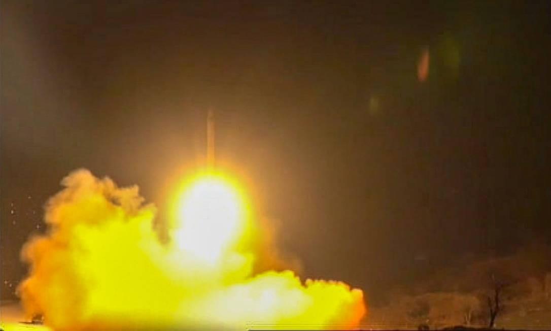 Míssil iraniano é lançado contra posições americanas no Iraque na madrugada de quarta-feira, 8 de janeiro. Ações não deixaram vítimas Foto: - / AFP