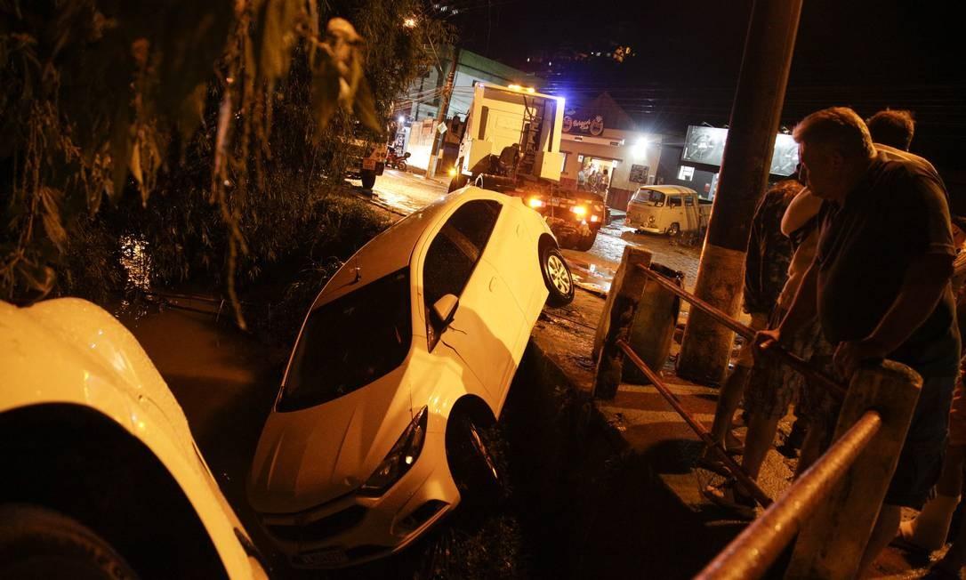 Ruas ficaram alagadas pela cidade de Petrópolis: carros chegaram a ser arrastados Foto: Gabriel Monteiro / Agência O Globo