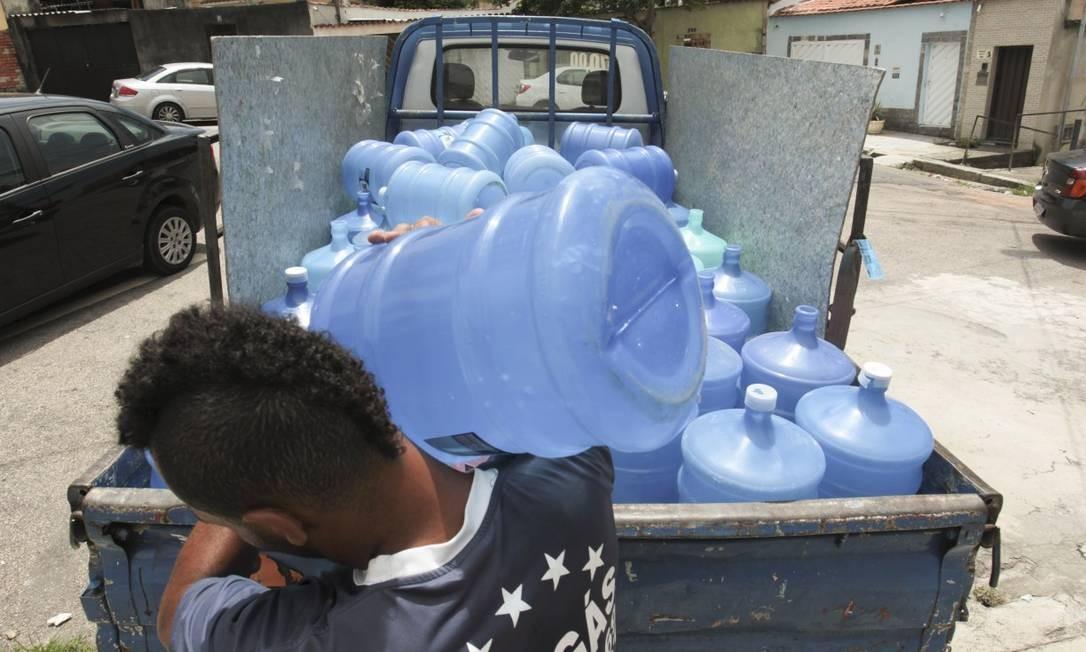 Na rua José Vieira Filho, no Irajá, moradores encomendaram novas remessas de galão de água com receio da água turva Foto: Gabriel de Paiva / Agência O Globo