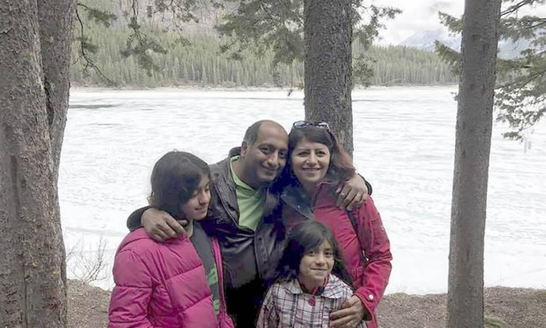 Pedram Mousavi e sua mulher Mojgan Daneshman com as filhas Darya e Dorina Foto: Reprodução