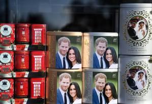 Lembranças com fotos de Harry e Meghan são exibidas em uma loja em Windsor Foto: DANIEL LEAL-OLIVAS / AFP