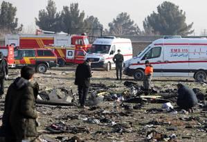 Investigadores analisam os destroços do Boeing 737-800 da Ukraine International nos arredores de Teerã. Autoridades locais rejeitam hipótese de que o avião teria sido atingido por um míssil terra-ar, e chamam outros países para que acompanhem as investigações Foto: - / AFP