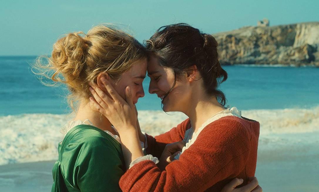 Marianne (Noémie Merlant, de vermelho) é contratada para pintar, em segredo, o quadro de casamento de Héloïse (Adèle Haenel) Foto: Divulgação