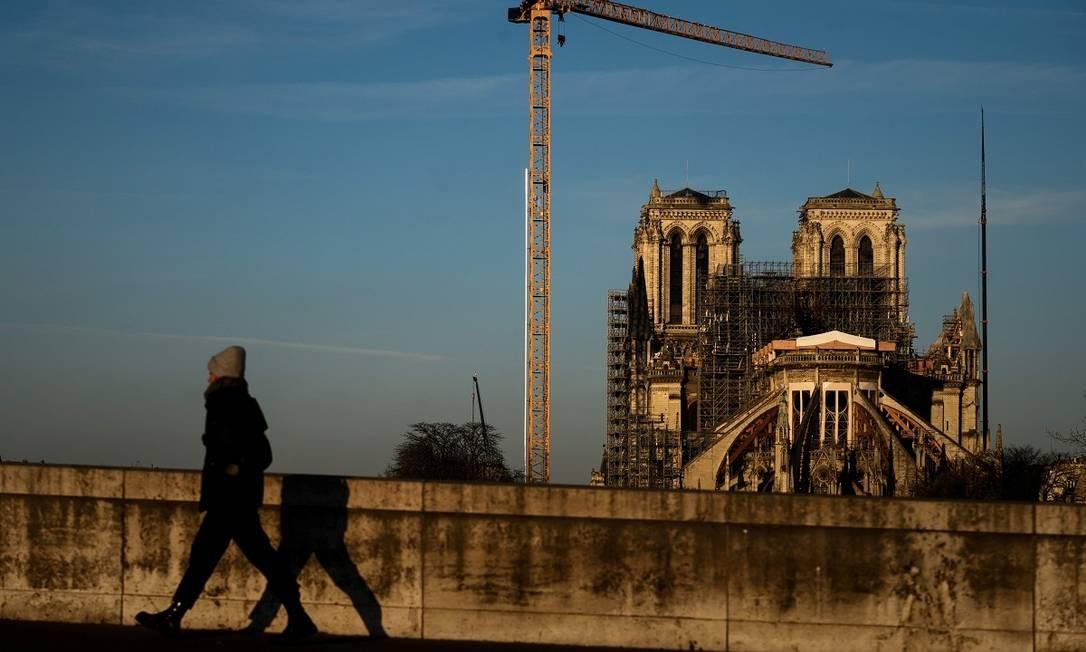 Andaimes e guindastes agora fazem parte do cenário da Catedral de Notre Dame, em Paris Foto: Philippe Lopez / AFP