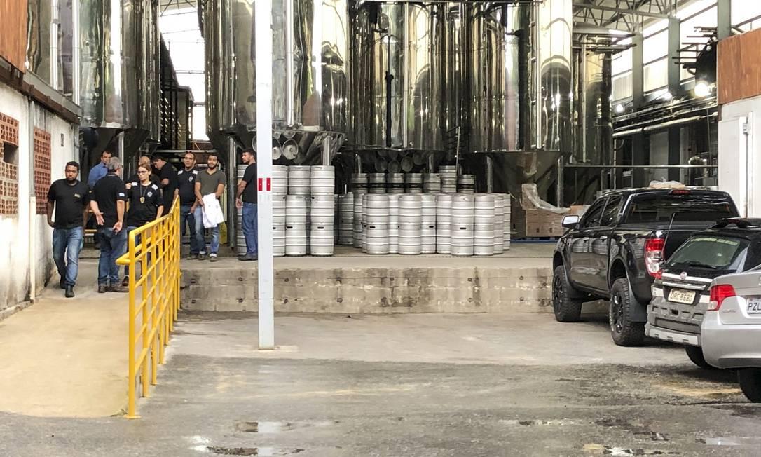 Policia Civil esteve na sede da cervejaria na tarde desta quinta-feira. Foto: Uarlen Valerio/O Tempo / Agência O Globo