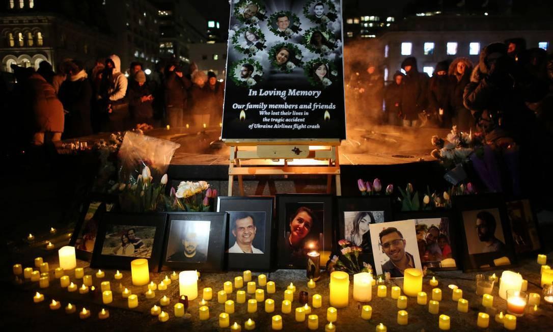 Altar com fotos das vítimas foi improvisado na vigília organizada em Ottawa, Canada Foto: Dave Chan / Getty Images