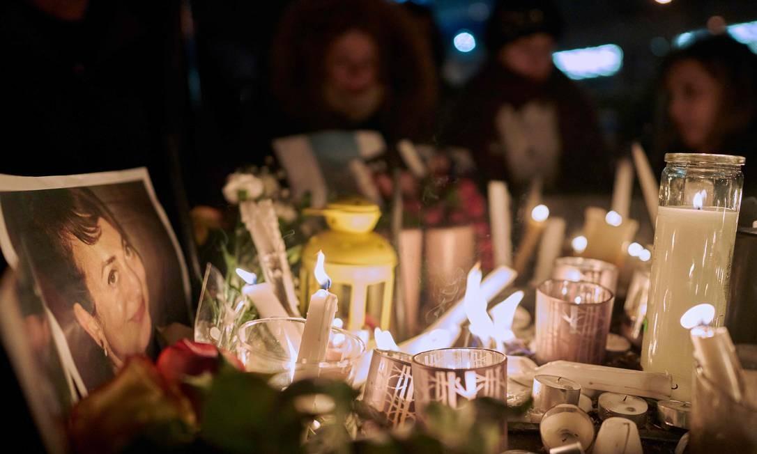 Altar foi improvisado com velas e fotos das vítimas do voo 752 Foto: Geoff Robins / AFP