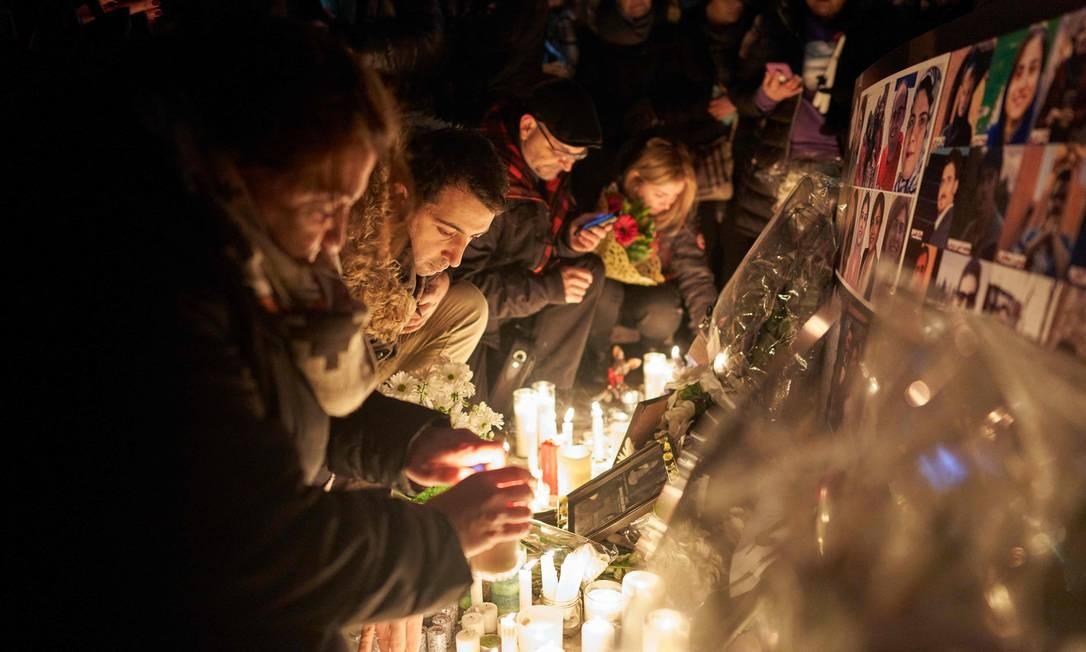 Os presentes acenderam velas em altar improvisado na Mel Lastman Square, em Toronto Foto: Geoff Robins / AFP
