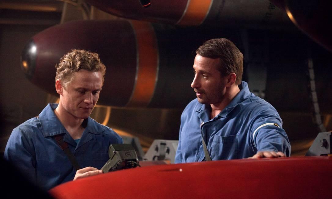 """Matthias Schoenaerts e Matthias Schweighöfer em cena do filme """"Kursk - A última missão"""" Foto: Mika Cotellon / Divulgação"""