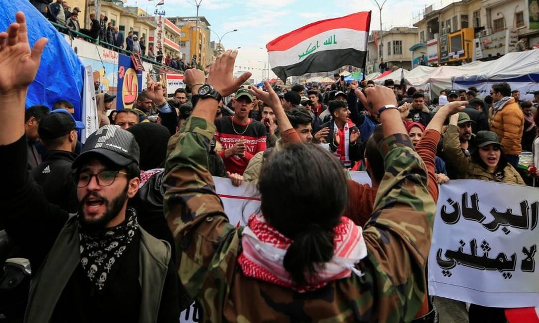 Manifestantes ocupam as ruas de Bagdá em protestos contra o governo que pedem a saída dos EUA e do Irã Foto: THAIER AL-SUDANI / REUTERS