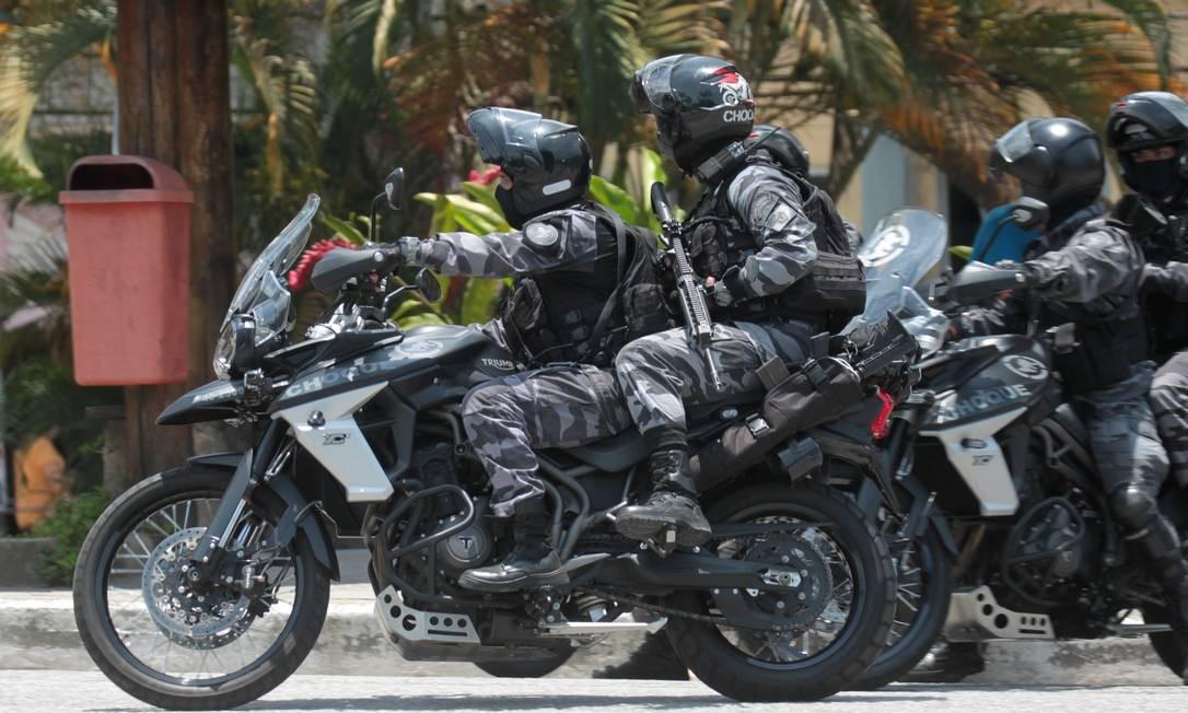 Policiais do Choque usaram motocicletas para avançar pela comunidade Camorim Grande Foto: Gabriel de Paiva / Agência O Globo
