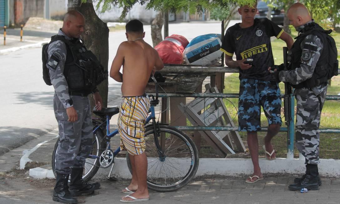 Moradores foram abordados pelos policiais em Camorim Grande Foto: Gabriel de Paiva / Agência O Globo