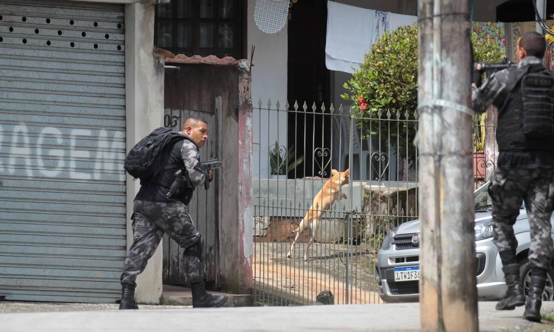 A previsão é de que as tropas especiais fiquem nas localidades por 10 dias Foto: Gabriel de Paiva / Agência O Globo