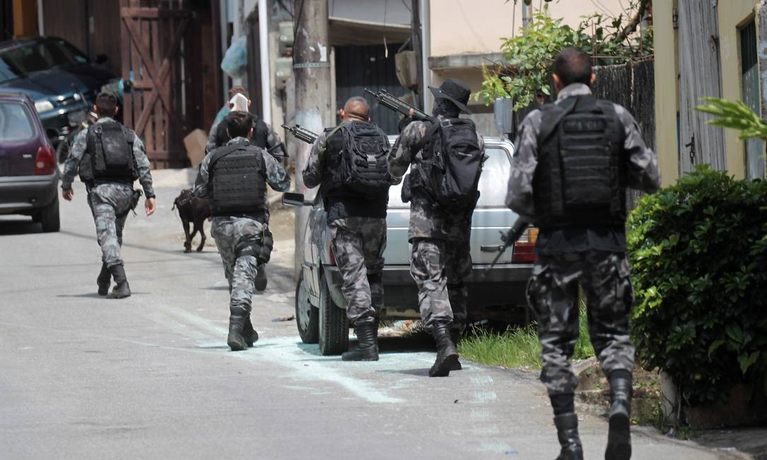 Policiais do Batalhão de Ação com Cães (BAC) em incursão no Frade, pela manhã Foto: Gabriel de Paiva / Agência O Globo
