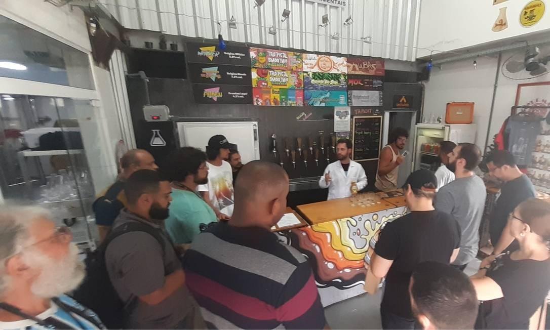 Processo: participantes ouvem explicações sobre produção artesanal na Brewlab, na primeira edição do evento Foto: Marcello Almo / Niterói Experience