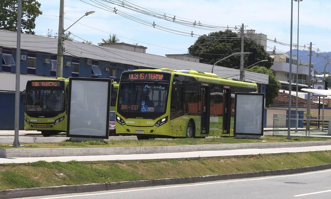Ônibus da linha Oceânica 3 passa pela pista do BHS ao lado da 38A (Itaipu x Centro, via Largo da Batalha), que será integrada ao corredor viário. Foto: Fabiano Rocha / Agência O Globo