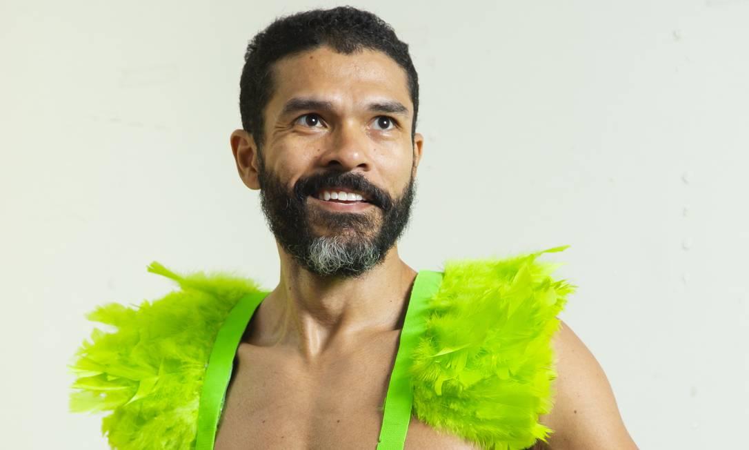 """Para """"arrasar no visual"""", como ditava a gíria dos anos 1980, o dress code quase obrigatório é ter os tais penduricalhos nos ombros. Foto: Leo Martins / Agência O Globo"""