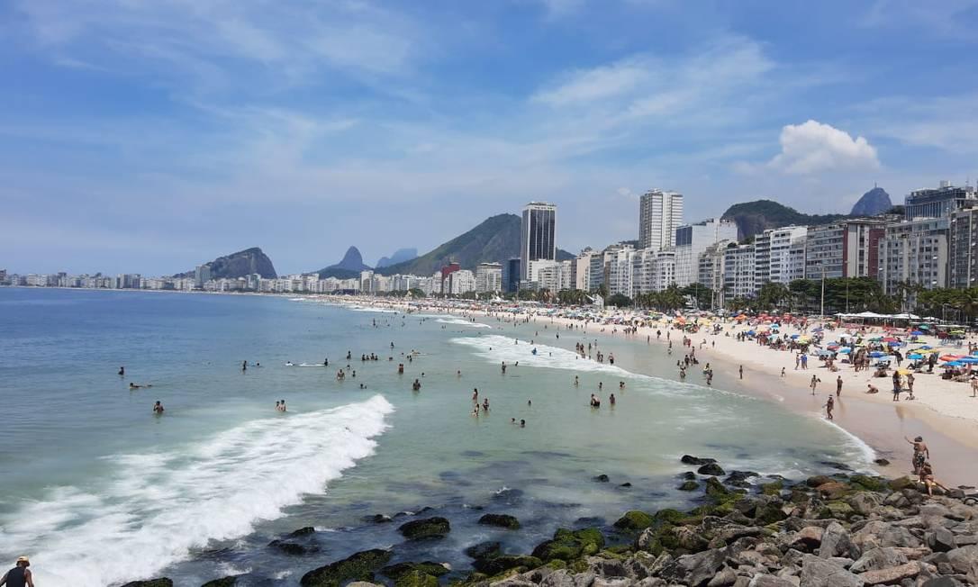 Praia do Leme nesta sexta-feira: areia lotada e muito calor Foto: Rachel Vita