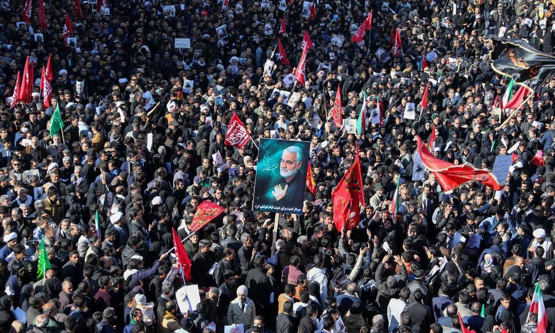 Multidão participa de homenagem durante funeral do general Qassem Soleimani em Kerman, Irã Foto: ATTA KENARE / AFP/07-01-2020