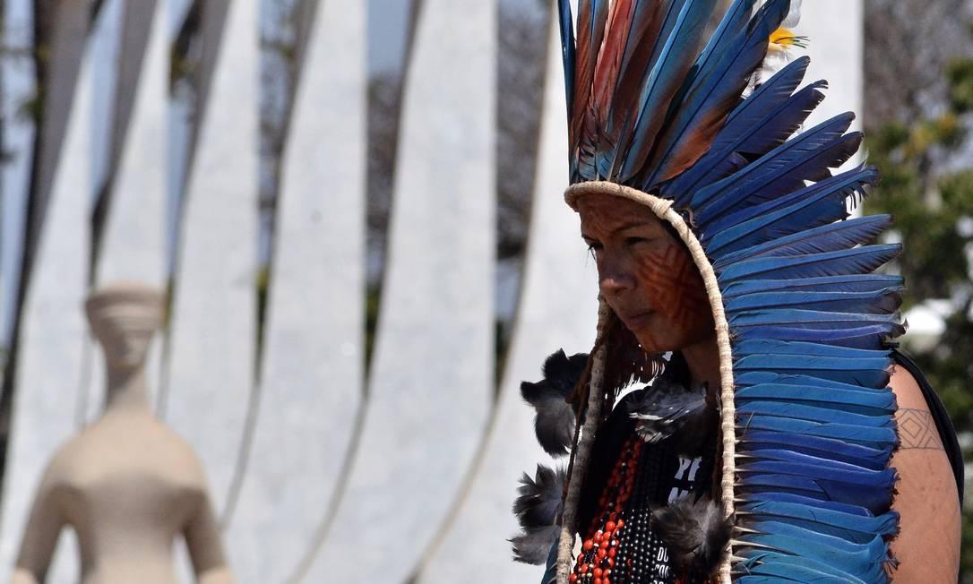 Indígena em frente ao Supremo Tribunal Federaç Foto: Renato Costa / Agência O Globo