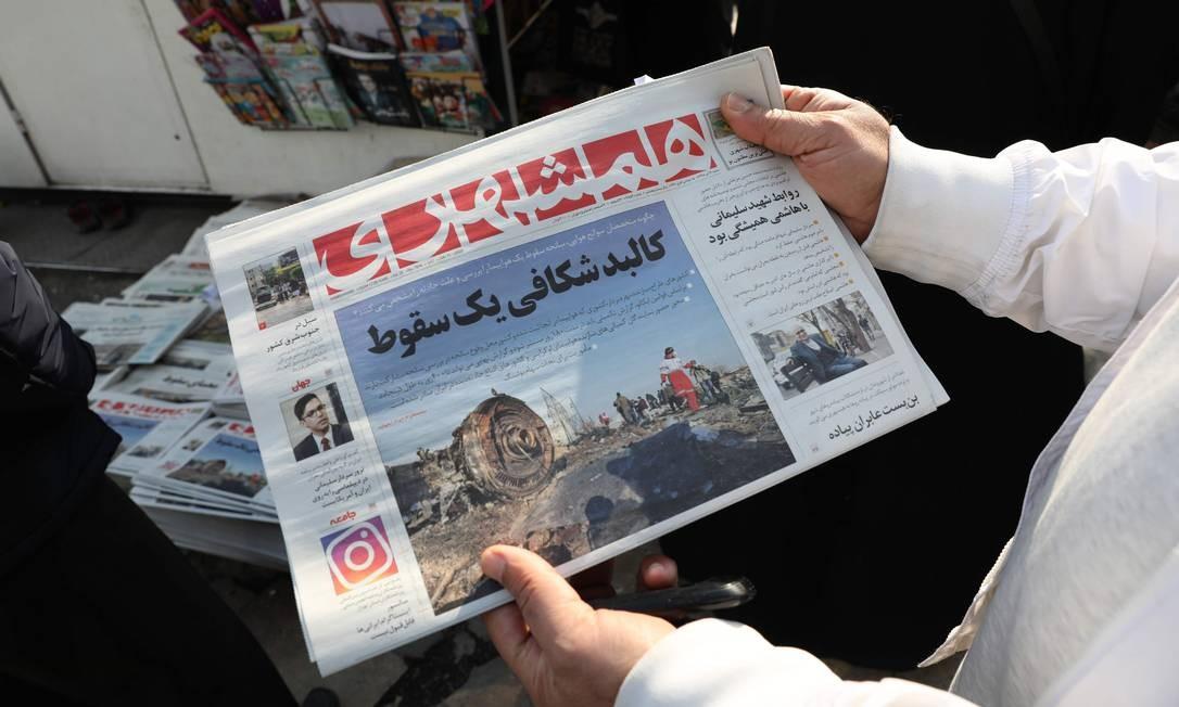 Iraniano segura jornal com foto dos destroços do avião ucraniano após governo assumir que derrubou aerovave por 'erro humano' Foto: ATTA KENARE / AFP
