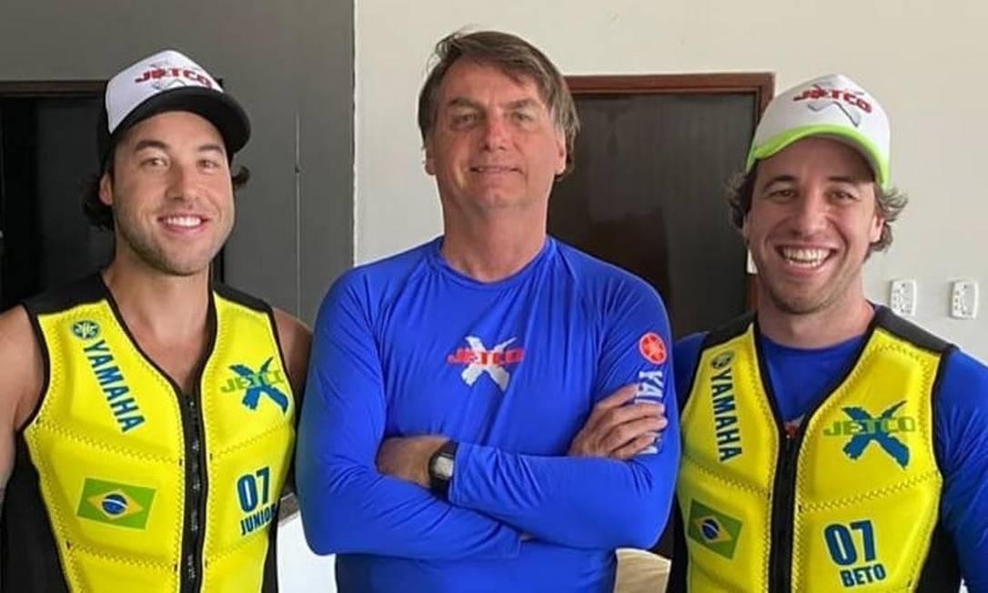 Nas redes, Bolsonaro divulga foto com os atletas de moto aquática Umberto Brito e Valdir Brito Júnior Foto: Reprodução/ Instagram