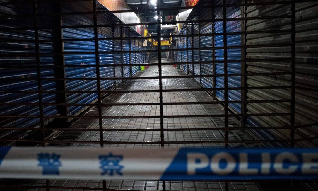 Peixaria em Wuhan onde a vítima teria feito compras está fechada Foto: NOEL CELIS / AFP