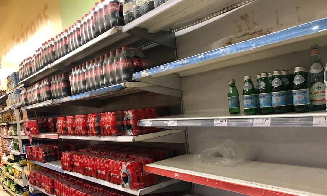 Crise da água Foto: Agência O Globo/Márcia Foletto / Nas prateleiras de um supermercado na Tijuca, só sobraram garrafas de água de marcas mais caras