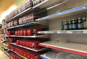 Nas prateleiras de um supermercado na Tijuca, só sobraram garrafas de água de marcas mais caras Foto: Agência O Globo/Márcia Foletto